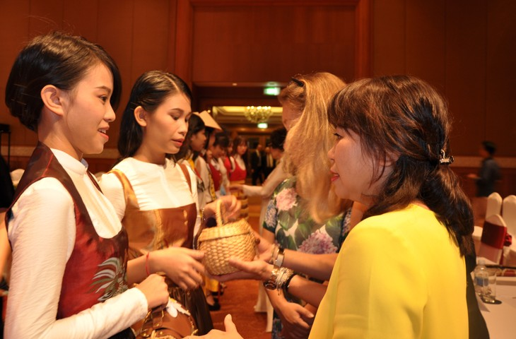 Das österreichische Dirndl im vietnamesischen Stil - ảnh 9