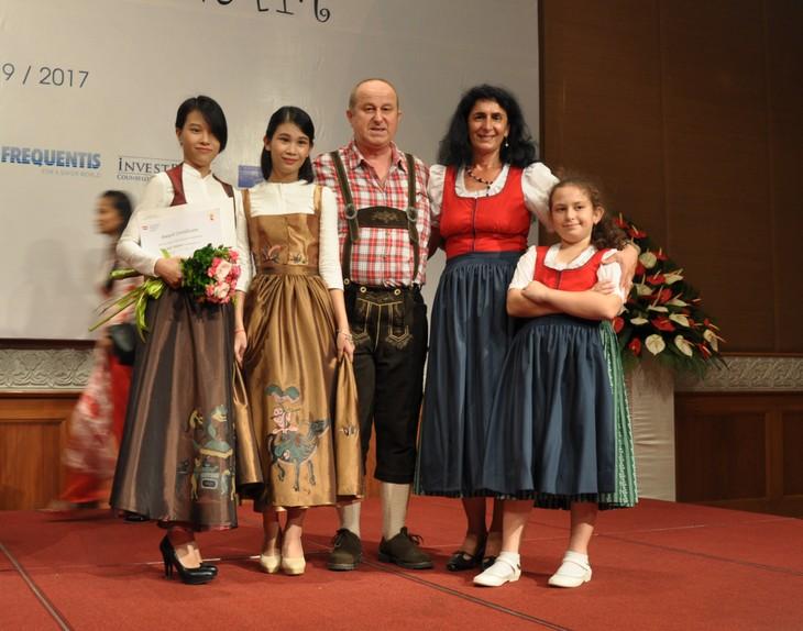 Das österreichische Dirndl im vietnamesischen Stil - ảnh 14
