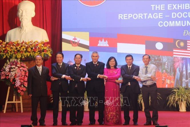 Ausstellung für Fotos und Dokumentarfilme über ASEAN-Gemeinschaft in Dong Nai - ảnh 1