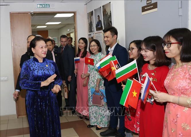 Parlamentspräsidentin Nguyen Thi Kim Ngan trifft die in Tatarstan lebenden Vietnamesen - ảnh 1