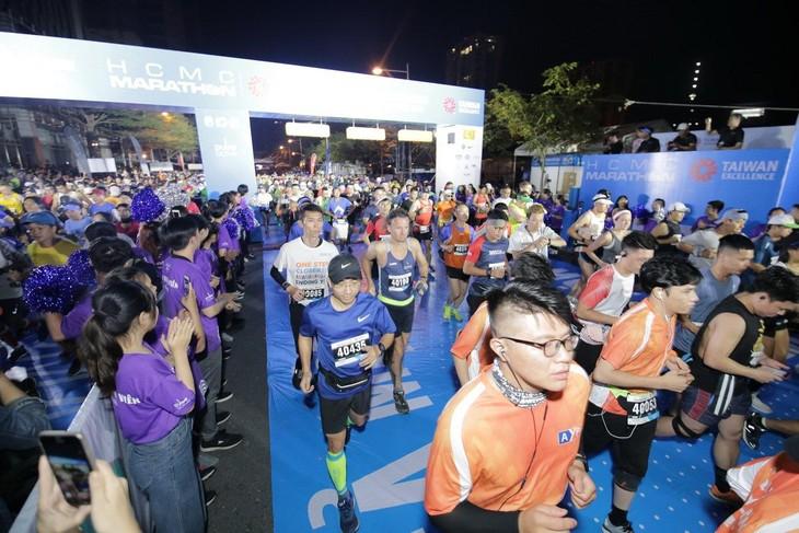 Pham Thi Hong Le ist die Siegerin beim Marathonlauf in Ho-Chi-Minh-Stadt - ảnh 1