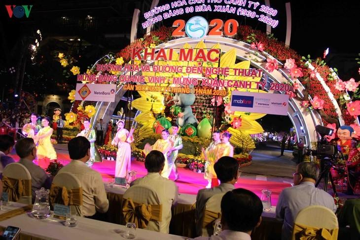 Die Blumen- und Lichtdekoration in den Straßen in Can Tho - ảnh 1