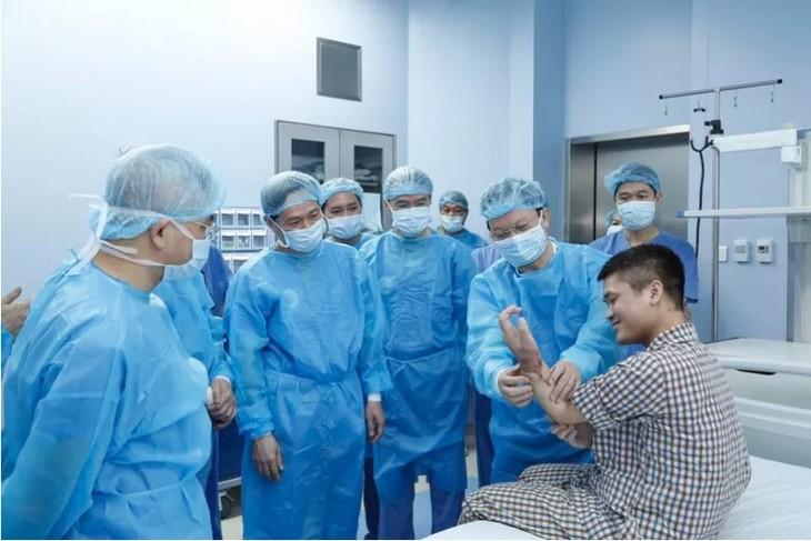 Weltweit erste erfolgreiche Transplantation eines Unterarms durch eine Lebendspende in Vietnam - ảnh 1
