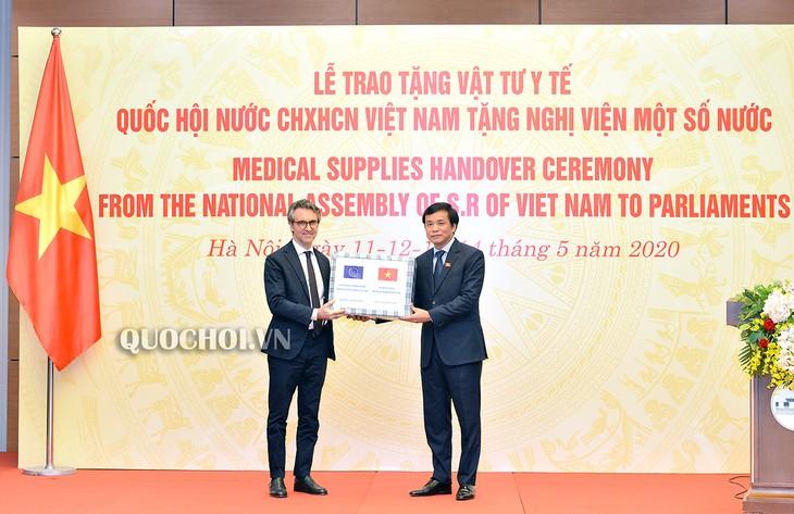 Das vietnamesische Parlament überreicht medizinische Materialien an einigen ausländischen Parlamenten - ảnh 1