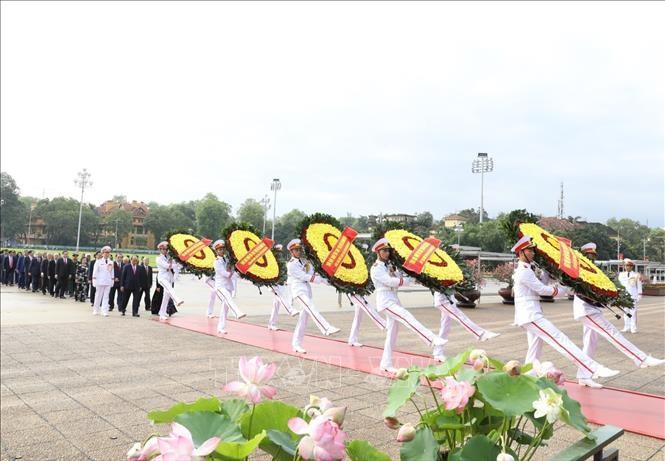 Spitzenpolitiker besuchen das Ho-Chi-Minh-Mausoleum - ảnh 1