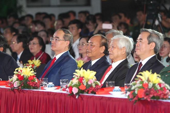 """Die Partei- und Staatschefs nehmen am Programm """"Ho Chi Minh – der Willen Vietnams"""" teil - ảnh 1"""