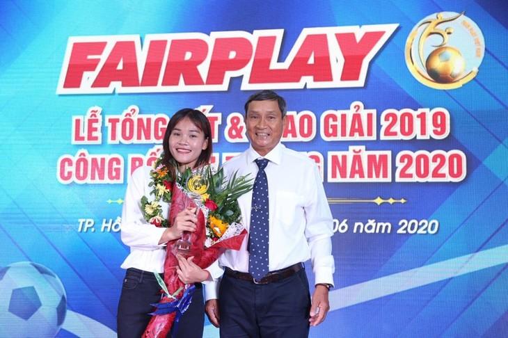Trainer Mai Duc Chung und Fußballspielerin Chuong Thi Kieu erhalten Fair-Play-Preis 2019 - ảnh 1