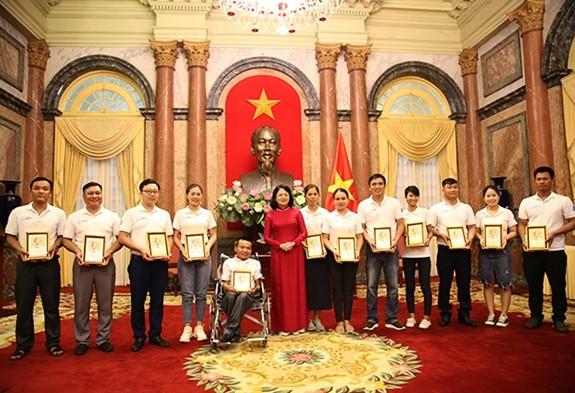 Vize-Staatspräsidentin Dang Thi Ngoc Thinh trifft vorbildliche junge Familien 2020 - ảnh 1