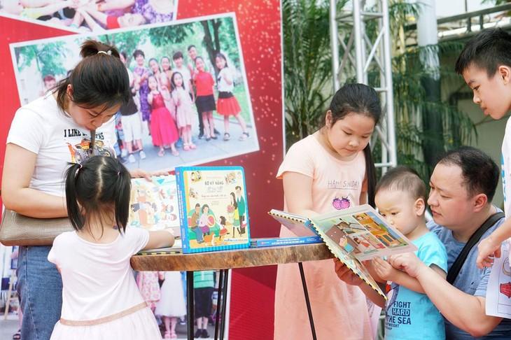 Aktivitäten am Wochenende in der Buchstraße in Hanoi  - ảnh 1
