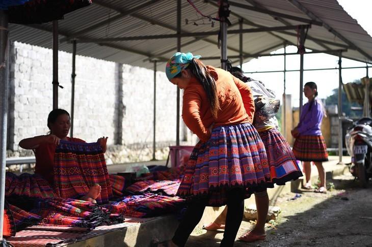 Die Farben des Brokats auf dem Markt Pa Co - ảnh 10