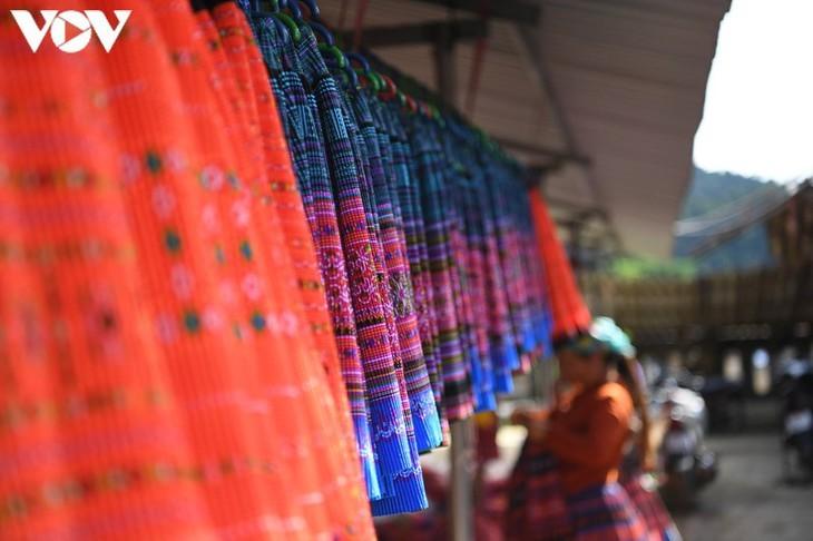 Die Farben des Brokats auf dem Markt Pa Co - ảnh 11