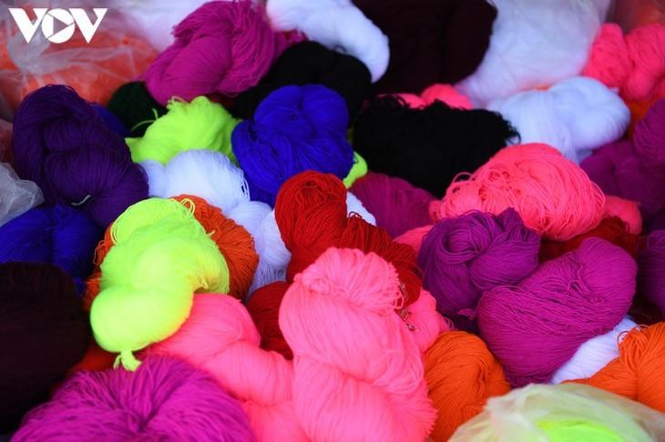 Die Farben des Brokats auf dem Markt Pa Co - ảnh 12