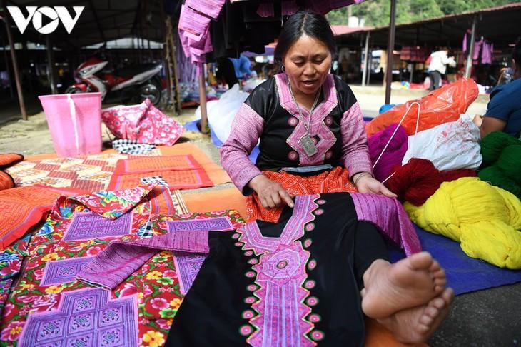 Die Farben des Brokats auf dem Markt Pa Co - ảnh 14