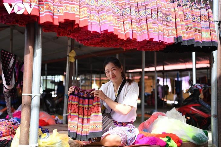 Die Farben des Brokats auf dem Markt Pa Co - ảnh 18