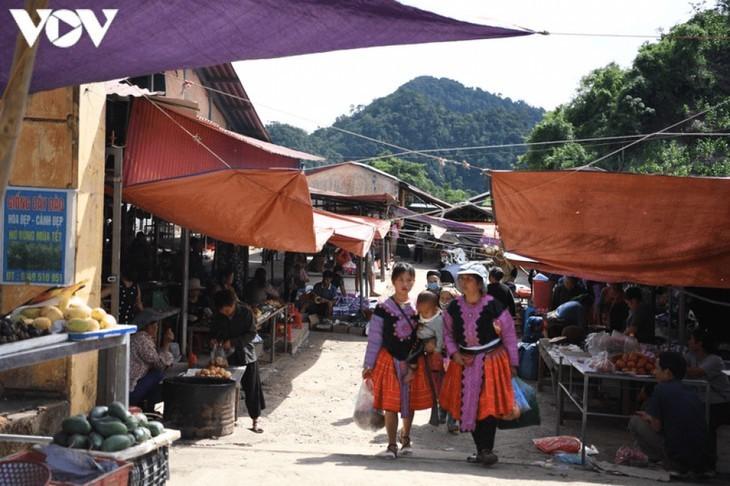 Die Farben des Brokats auf dem Markt Pa Co - ảnh 19