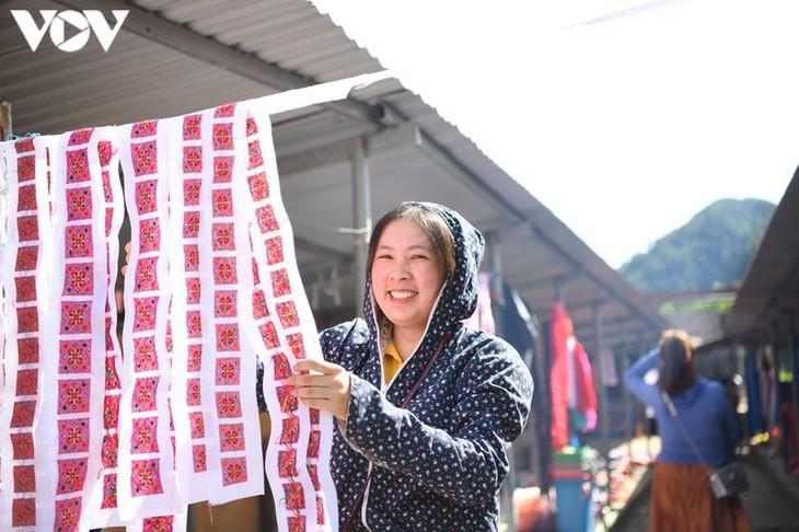 Die Farben des Brokats auf dem Markt Pa Co - ảnh 2