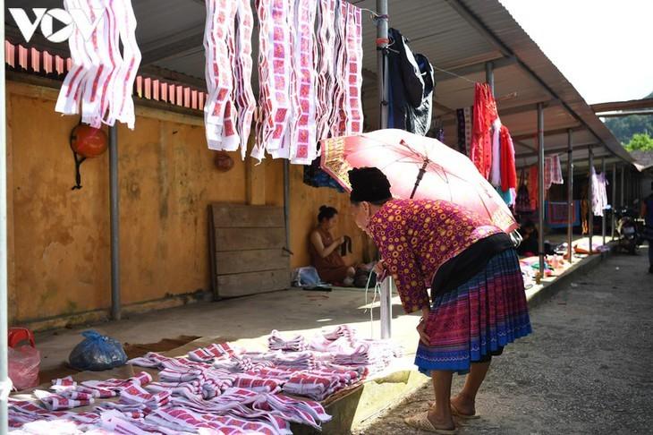 Die Farben des Brokats auf dem Markt Pa Co - ảnh 3