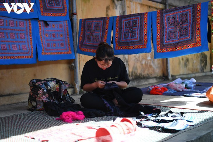 Die Farben des Brokats auf dem Markt Pa Co - ảnh 4