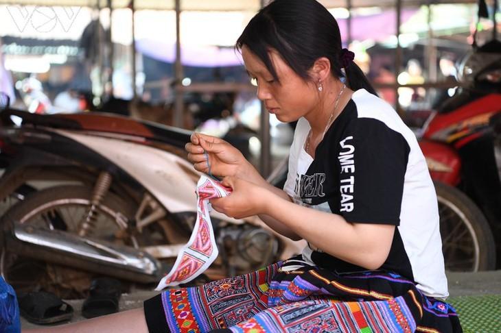 Die Farben des Brokats auf dem Markt Pa Co - ảnh 5