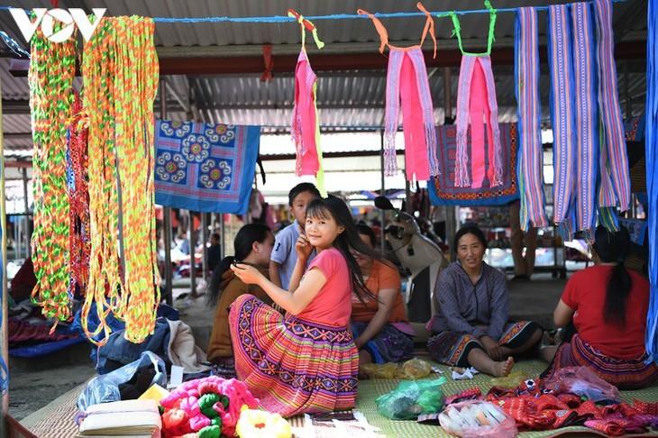 Die Farben des Brokats auf dem Markt Pa Co - ảnh 6