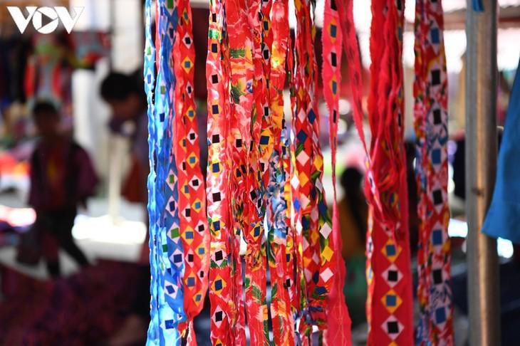 Die Farben des Brokats auf dem Markt Pa Co - ảnh 8