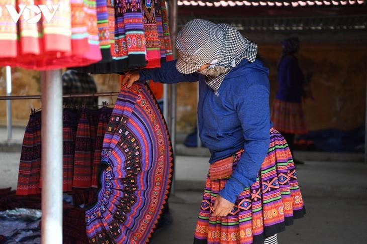 Die Farben des Brokats auf dem Markt Pa Co - ảnh 9