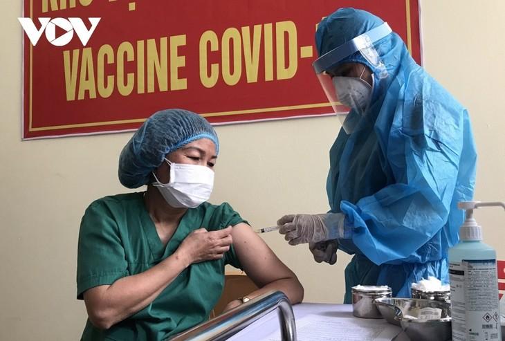 Die 100 ersten Bewohner in Da Nang werden mit Covid-19-Impfstoff geimpft - ảnh 1