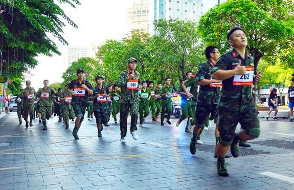Fast 2000 Sportler beteiligen sich an Laufwettbewerb  - ảnh 1