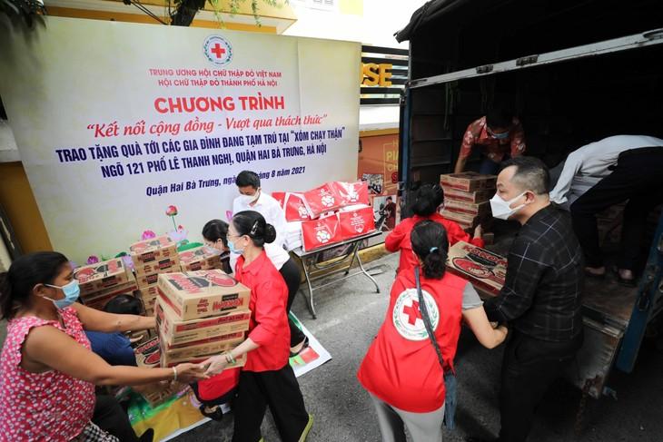 470.000 Tüten der Hilfsgüter an die von Covid-19 betroffenen Menschen überreichen - ảnh 1