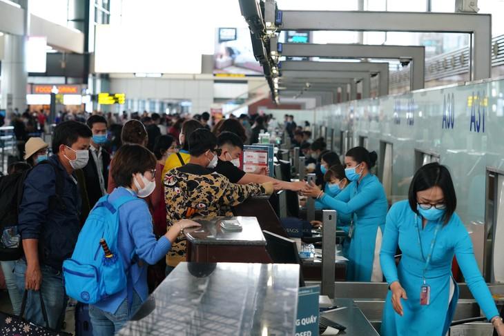 Le Vietnam envisage une reprise de certains vols internationaux commerciaux pour le mois d'août - ảnh 1