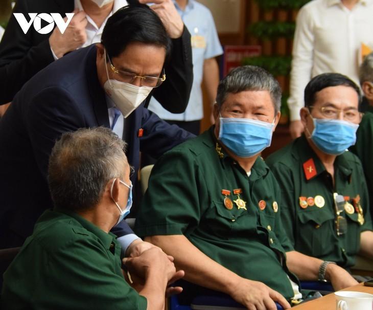 Pham Minh Chinh rencontre les vétérans et les personnes méritantes - ảnh 1