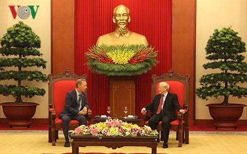 Генсек ЦК КПВ Нгуен Фу Чонг принял посла Великобритании во Вьетнаме - ảnh 1