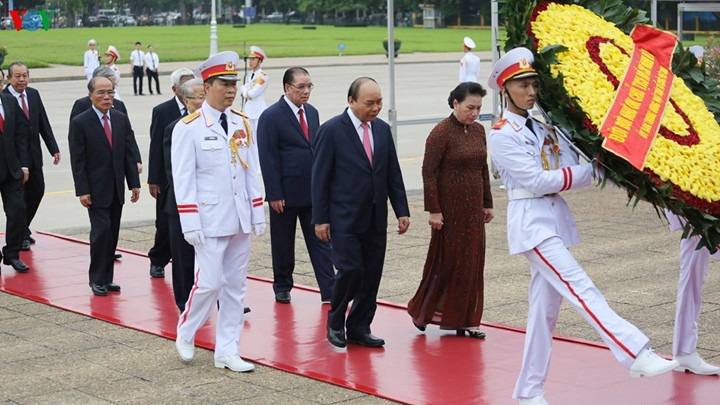 Руководители Вьетнама посетили Мавзолей Хо Ши Мина по случаю Дня независимости страны - ảnh 1