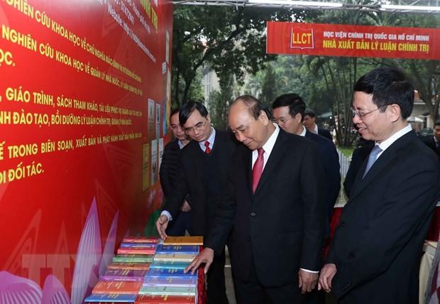 Нгуен Суан Фук посетил книжную выставку, приуроченную к 90-летию со дня основания Компартии Вьетнама - ảnh 1