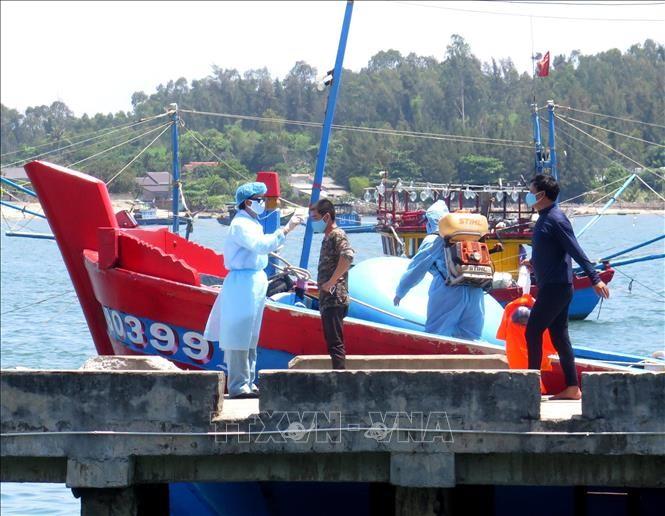 4 вьетнамских рыбака на борту затопленного судна благополучно добрались до берега - ảnh 1
