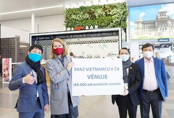 Вьетнамская диаспора в Республике Чехия принимает активное участие в борьбе с коронавирусной эпидемией - ảnh 1