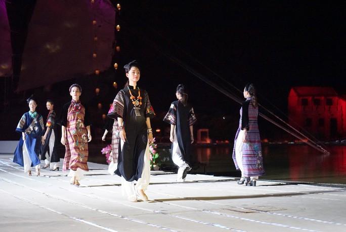 В г.Хойане открылся фестиваль платья «аозяй» с изображениями достопримечательностей Вьетнама - ảnh 1