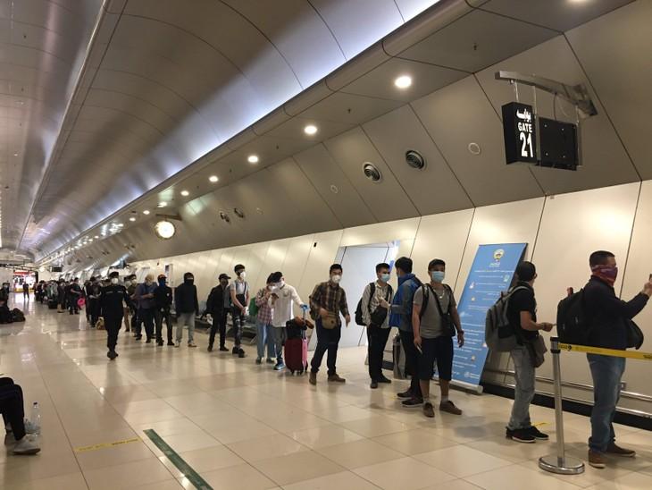 Возвращение 266 граждан Вьетнама из Кувейта, Катара и Египта на родину - ảnh 1