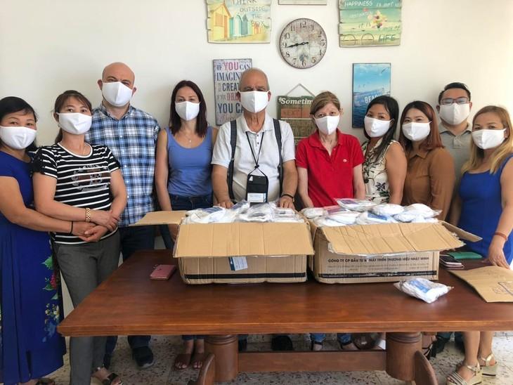 Вручение медицинских масок вьетнамской диаспоре на Кипре - ảnh 1