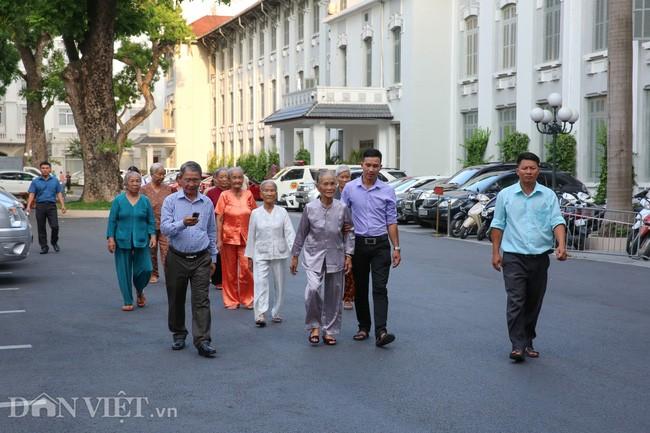 Утром 24 июля 300 матерей-героинь Вьетнама посетили мавзолей Хо Ши Мина - ảnh 1
