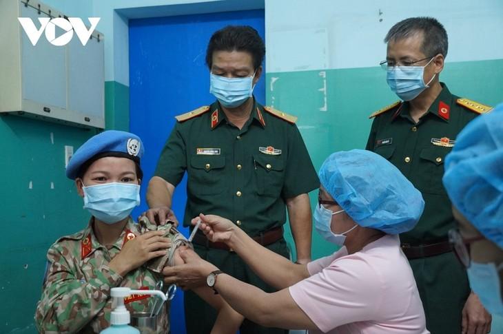 Вьетнамские кадровые работники и офицеры, готовящиеся к отправке в Южный Судан, были привиты вакциной против COVID-19 - ảnh 1