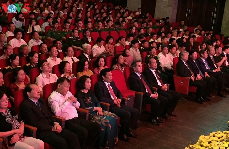 "Acara pemberian penghargaan lomba mengarang  dan menyosialisasikan karya seni-sastra dan pers tentang tema: ""Belajar dan bertindak sesuai dengan fikiran, moral dan gaya hidup  Ho Chi Minh"" - ảnh 1"