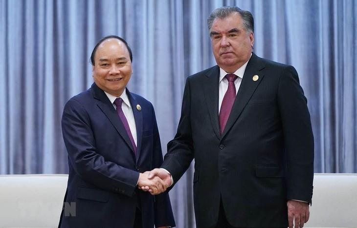 PM Vietnam, Nguyen Xuan Phuc melakukan pertemuan dengan Presiden Tajikistan - ảnh 1