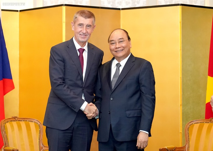 PM Nguyen Xuan Phuc melakukan pertemuan bilateral di sela-sela acara kenaikan takhta Kaisar Jepang - ảnh 1