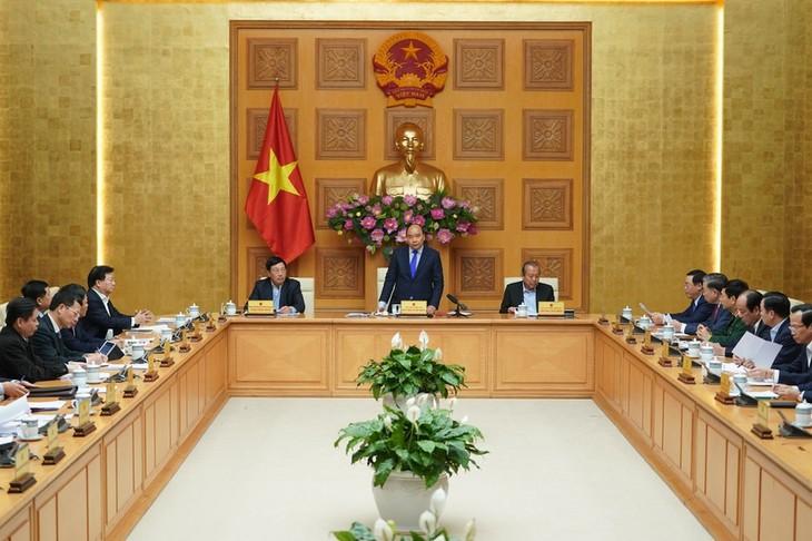 PM Vietnam, Nguyen Xuan Phuc memimpin sidang tentang pencegahan dan penanggulangan  wabah penyakit radang paru-paru  akibat virus Corona - ảnh 1