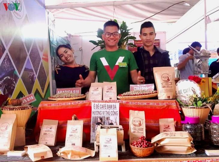 Lelaki etnis minoritas E De dengan hasrat melakukan usaha startup dari produk pertanian kampung halaman - ảnh 1