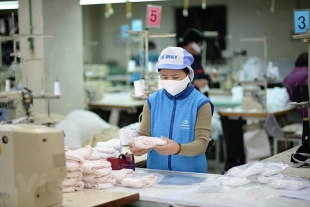 Vietnam punya cukup kemampuan untuk memproduksi masker dengan kain anti-bakteri guna memenuhi kebutuhan domestik dan ekspor demi tujuan kemanusiaan - ảnh 1
