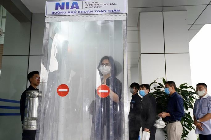 Bandara Internasional Noi Bai berhasil memproduksi ruang desinfeksi seluruh tubuh - ảnh 1