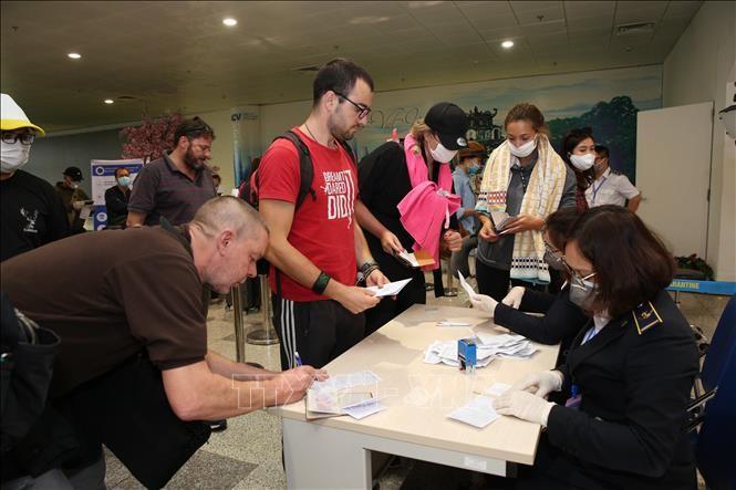 Menciptakan syarat memberikan visa dan memperpanjang pemukiman sementara kepada warga negara asing di Vietnam karena pengaruh  wabah Covid-19 - ảnh 1
