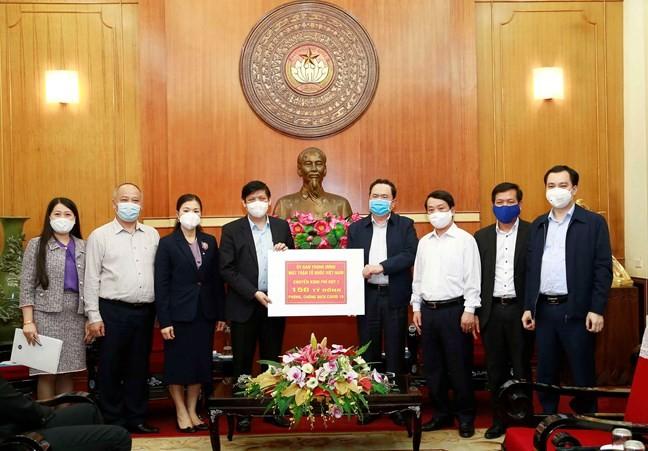 Pengurus Besar Front Tanah Air Vietnam memberikan 150 miliar VND (kira-kira 6,4 juta USD) kepada Kementerian Kesehatan Vietnam untuk mendukung pencegahan dan penanggulangan wabah Covid-19 - ảnh 1